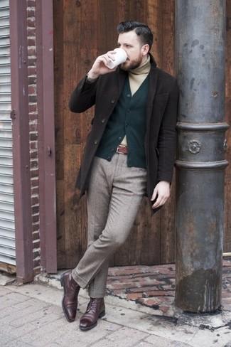 Comment porter un cardigan olive quand il fait frais: Associe un cardigan olive avec un pantalon de costume en laine gris pour un look classique et élégant. Jouez la carte décontractée pour les chaussures et choisis une paire de des bottes brogue en cuir bordeaux.