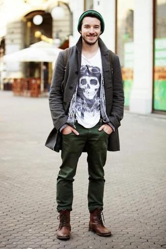 Comment porter: pardessus gris foncé, cardigan imprimé gris, t-shirt à col rond imprimé blanc et noir, jean olive