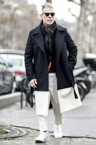 Comment porter: pardessus noir et blanc, cardigan noir, t-shirt à col rond noir, pantalon chino blanc