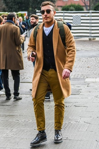 Comment porter: pardessus marron clair, cardigan noir, t-shirt à col rond blanc, pantalon chino moutarde