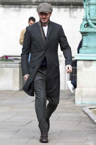 Comment porter: pardessus noir, cardigan bleu marine, t-shirt à manche longue et col boutonné à rayures verticales blanc, pantalon de costume en laine gris foncé