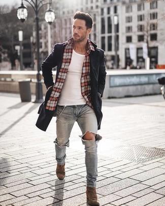 Comment porter: pardessus noir, chemise à manches longues écossaise rouge, débardeur blanc, jean skinny déchiré bleu clair