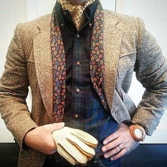 Comment porter: pardessus marron, chemise à manches longues écossaise bleu marine et vert, jean bleu marine, bandana jaune