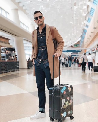 Comment porter un sac à dos en cuir marron: Choisis un pardessus marron clair et un sac à dos en cuir marron pour une tenue relax mais stylée. Assortis ce look avec une paire de des baskets basses en cuir blanches.