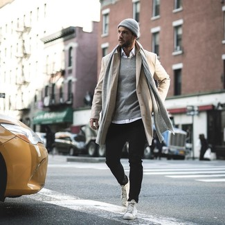 Comment porter: pardessus beige, chemise à manches longues blanche, jean noir, baskets montantes en cuir blanches