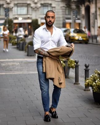 Comment porter: pardessus marron clair, chemise à manches longues blanche, jean bleu, mocassins à pampilles en cuir noirs