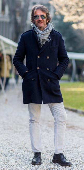 Comment porter: pardessus bleu marine, chemise à manches longues blanche, jean blanc, chaussures derby en cuir noires