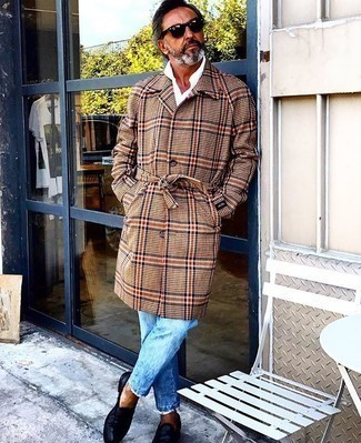 Comment porter un jean bleu clair: Associer un pardessus écossais marron clair avec un jean bleu clair est une option génial pour une journée au bureau. Jouez la carte classique pour les chaussures et choisis une paire de des slippers en cuir bleu marine.