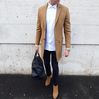 Comment porter: pardessus marron clair, chemise à manches longues blanche, jean skinny bleu marine, bottines chelsea en daim marron clair