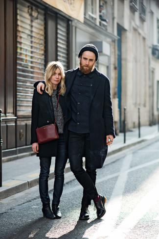 Comment porter des chaussettes bordeaux: Pense à porter un pardessus bleu marine et des chaussettes bordeaux pour une tenue relax mais stylée. Apportez une touche d'élégance à votre tenue avec une paire de des chaussures derby en cuir noires.