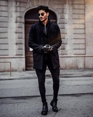 Comment porter une chemise à manches longues noire: Porte une chemise à manches longues noire et un jean skinny noir pour une tenue confortable aussi composée avec goût. Choisis une paire de des bottines chelsea en cuir noires pour afficher ton expertise vestimentaire.