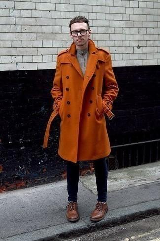 Comment porter une chemise à manches longues à carreaux grise quand il fait chaud: Marie une chemise à manches longues à carreaux grise avec un jean skinny bleu marine pour une tenue idéale le week-end. D'une humeur audacieuse? Complète ta tenue avec une paire de des chaussures brogues en cuir marron.