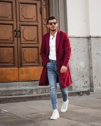 Comment porter des baskets basses en toile blanches: Ce combo d'un pardessus rouge et d'un jean skinny déchiré bleu clair te permettra de garder un style propre et simple en dehors des horaires de bureau. Complète ce look avec une paire de baskets basses en toile blanches.