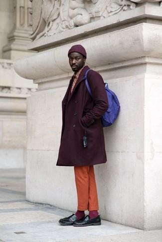 Comment porter: pardessus pourpre foncé, chemise à manches longues imprimée rouge, pantalon chino orange, slippers en cuir noirs