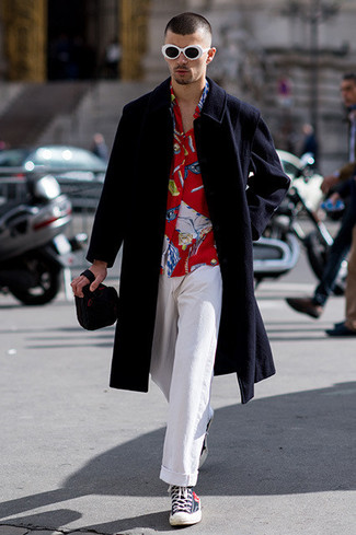 Comment porter: pardessus noir, chemise à manches longues imprimée rouge, pantalon chino blanc, baskets montantes bleu marine