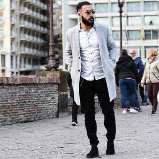 Comment porter: pardessus gris, chemise à manches longues blanche, pantalon chino en velours côtelé noir, bottines chelsea en daim noires