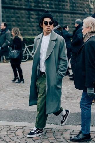 Comment porter un pardessus gris: Associe un pardessus gris avec un pantalon chino olive si tu recherches un look stylé et soigné. Jouez la carte décontractée pour les chaussures et complète cet ensemble avec une paire de des baskets basses en toile noires et blanches.