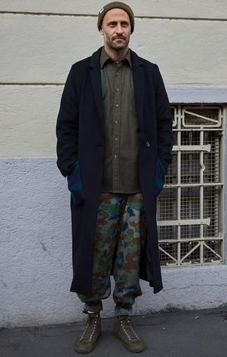 Comment porter un bonnet olive: Associe un pardessus bleu marine avec un bonnet olive pour une tenue relax mais stylée. Une paire de des baskets montantes en toile olive s'intégrera de manière fluide à une grande variété de tenues.