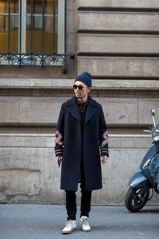Comment porter des lunettes de soleil bordeaux: Pour une tenue aussi confortable que ton canapé, associe un pardessus bleu marine avec des lunettes de soleil bordeaux. Cet ensemble est parfait avec une paire de des baskets montantes en cuir blanches.