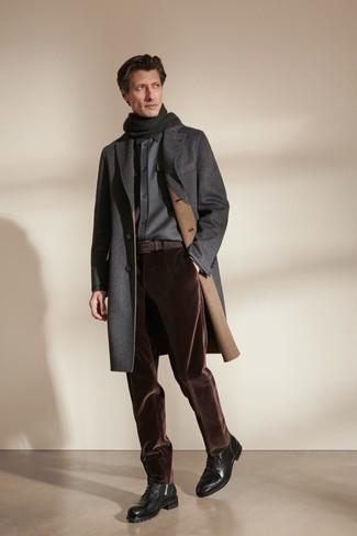 Comment s'habiller quand il fait froid: Pense à associer un pardessus gris foncé avec un pantalon chino en velours côtelé marron foncé si tu recherches un look stylé et soigné. Une paire de bottes de loisirs en cuir noires est une option avisé pour complèter cette tenue.