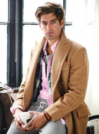Comment porter: pardessus marron clair, chemise à manches longues rose, t-shirt à col rond gris, pantalon de jogging gris