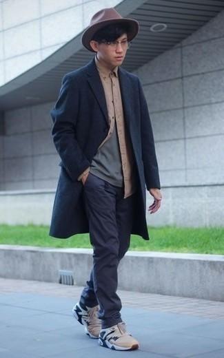 Comment porter un chapeau en laine marron foncé: Essaie d'associer un pardessus bleu marine avec un chapeau en laine marron foncé pour une tenue idéale le week-end. Jouez la carte décontractée pour les chaussures et complète cet ensemble avec une paire de des chaussures de sport marron clair.