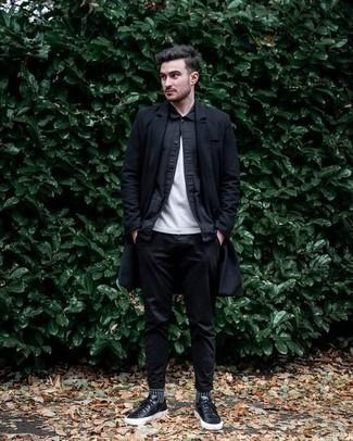 Comment porter une chemise à manches longues noire: Pour une tenue de tous les jours pleine de caractère et de personnalité pense à associer une chemise à manches longues noire avec un pantalon chino noir. Si tu veux éviter un look trop formel, fais d'une paire de des baskets basses en cuir noires ton choix de souliers.