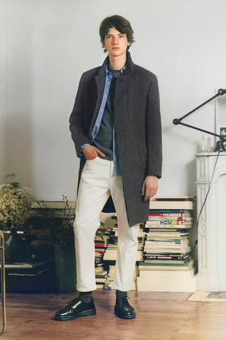 Comment s'habiller à l'adolescence: Pense à opter pour un pardessus en pied-de-poule gris foncé et un jean blanc pour aller au bureau. Opte pour une paire de chaussures derby en cuir noires pour afficher ton expertise vestimentaire.