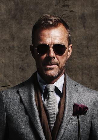 Comment porter: pardessus gris, chemise de ville à carreaux grise, cravate en tricot grise, pochette de costume pourpre foncé