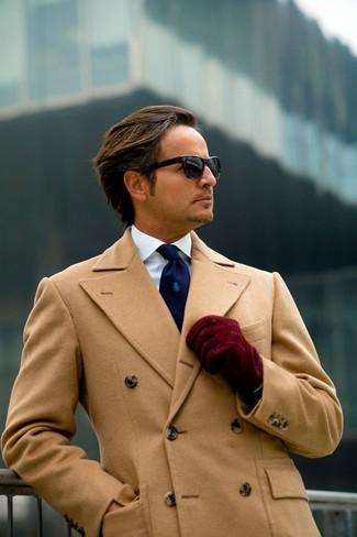 Comment porter: pardessus marron clair, chemise de ville blanche, cravate bleu marine, gants en daim bordeaux