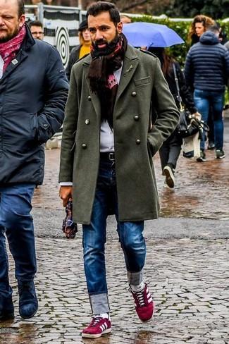 Comment porter une écharpe imprimée marron foncé: Pour une tenue aussi confortable que ton canapé, opte pour un pardessus olive avec une écharpe imprimée marron foncé. Une paire de des baskets basses en daim rouges est une option génial pour complèter cette tenue.