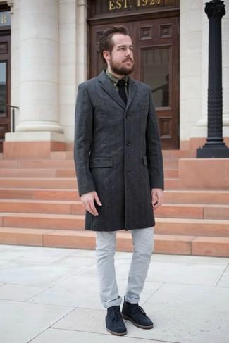 Comment porter une cravate en tricot noire: Choisis un pardessus gris foncé et une cravate en tricot noire pour une silhouette classique et raffinée. Si tu veux éviter un look trop formel, opte pour une paire de des bottines chukka en daim bleu marine.