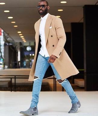 Comment porter: pardessus beige, chemise de ville blanche, jean skinny déchiré bleu clair, bottines chelsea en daim grises
