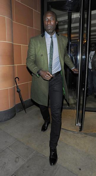 Comment porter: pardessus vert foncé, chemise de ville bleu clair, pantalon chino noir, chaussures richelieu en cuir noires