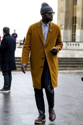 Comment porter: pardessus tabac, chemise de ville violet clair, pantalon chino noir, chaussures brogues en cuir marron foncé