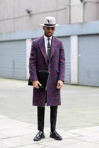 Comment porter: pardessus à fleurs bleu marine, chemise de ville blanche, pantalon chino noir, chaussures derby en cuir noires