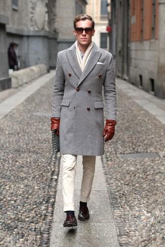 Comment porter: pardessus gris, chemise de ville bleu clair, pantalon chino beige, slippers en cuir marron foncé