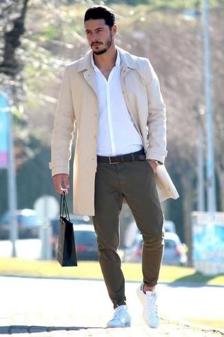 Comment porter: pardessus beige, chemise de ville blanche, pantalon chino olive, baskets basses en cuir blanches