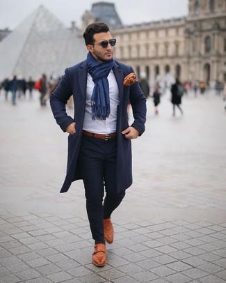 Comment porter une ceinture en cuir marron: Opte pour un pardessus bleu marine avec une ceinture en cuir marron pour une tenue relax mais stylée. Rehausse cet ensemble avec une paire de des double monks en cuir tabac.