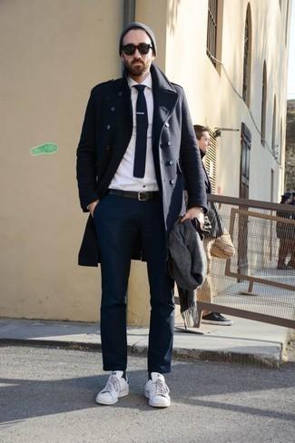 Comment porter une cravate en tricot bleu marine et blanc: Associer un pardessus bleu marine et une cravate en tricot bleu marine et blanc créera un look pointu et élégant. Tu veux y aller doucement avec les chaussures? Choisis une paire de des baskets basses en cuir blanches pour la journée.