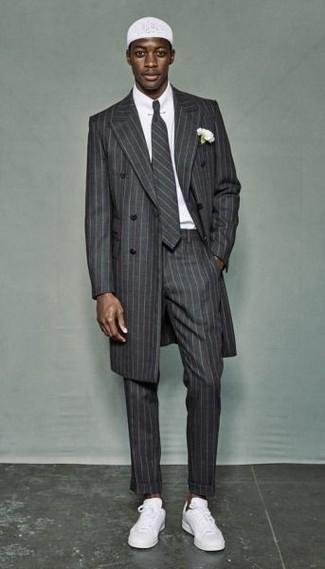 Comment porter: pardessus à rayures verticales gris, chemise de ville blanche, pantalon de costume à rayures verticales gris, baskets basses blanches