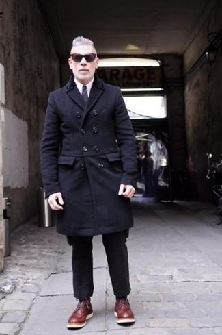 Comment porter: pardessus noir, chemise de ville blanche, pantalon de costume en laine noir, bottes de loisirs en cuir bordeaux