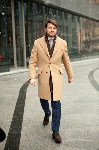 Comment porter: pardessus marron clair, chemise de ville blanche, pantalon de costume bleu, slippers en daim marron foncé