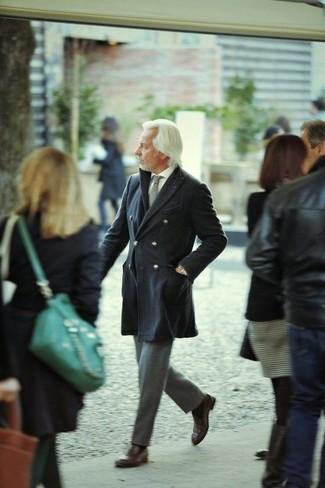 Comment porter des chaussures richelieu en cuir marron après 50 ans: Associer un pardessus gris foncé et un pantalon de costume en laine gris créera un look pointu et élégant. Cet ensemble est parfait avec une paire de des chaussures richelieu en cuir marron.