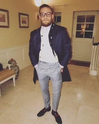 Comment porter: pardessus bleu marine, chemise de ville blanche, pantalon de costume à carreaux gris, slippers en cuir noirs