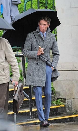 Comment porter: pardessus à chevrons gris, chemise de ville bleu clair, pantalon de costume bleu, chaussures richelieu en cuir marron foncé