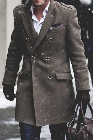 Comment porter: pardessus olive, chemise de ville blanche, pantalon de costume noir, fourre-tout en cuir marron foncé