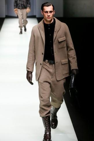 Comment porter: pardessus marron, chemise de ville noire, pantalon de costume en laine marron, bottes hauteur genou en cuir marron foncé