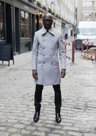 Comment porter: pardessus gris, chemise de ville blanche, pantalon de costume noir, bottines chelsea en cuir noires