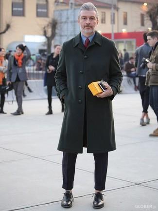 Comment porter: pardessus vert foncé, chemise de ville bleue, pantalon de costume noir, chaussures richelieu en cuir noires